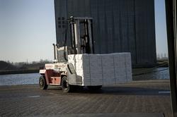Heftruck met papier bij Verbrugge Terminals in de Zevenaarhaven. Op de...