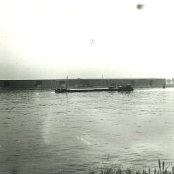 Binnenvaartschip ter hoogte van de ro-ro kade in de Zevenaarhaven.