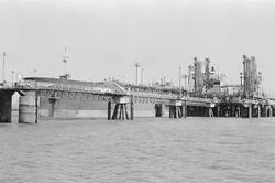 Zeeschip aan het steiger bij Dow Chemical in de Braakmanhaven.