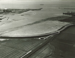 Luchtfoto braakliggend haventerrein achter de aan te leggen Sloekade...