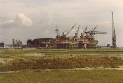 """Booreiland in dok bij reparatiewerf Koninklijke Maatschappij """"De..."""
