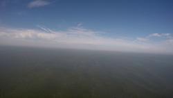 Timelaps vlucht over de haven van Vlissingen-Oost naar windmolenpark...