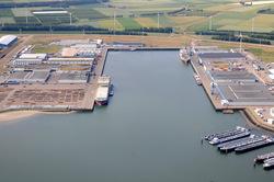 Bijleveldhaven met rechts de wachtsteigers voor de binnenvaart.