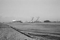Overslag met drijvende kranen bij Ovet in de Massagoedhaven.
