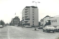 Schuttershofweg met nieuw gebouwd Schuttershofgebouw, langs zijkanaal...