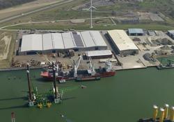 Schip van Hansa Heavy lift en platform Neptune in de Westhofhaven.
