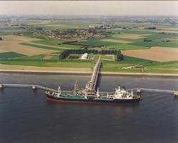 Luchtfoto steiger in de Westerschelde van Total Raffinaderij te...
