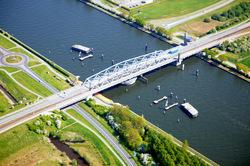 Brug Sluiskil over het kanaal van Gent naar Terneuzen is na de komst...