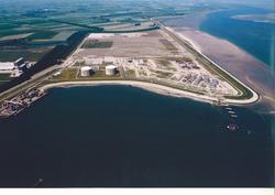Luchtfoto van de bouwwerkzaamheden voor het steiger en opslagtanks...