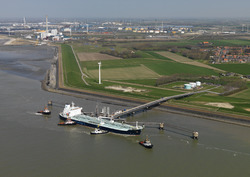 Zeeschip Minerva Xanthe, met sleepboten aan het steiger van Zeeland...
