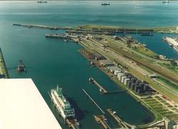 Luchtfoto van de Buitenhaven te Vlissingen met het aanlegsteiger van...