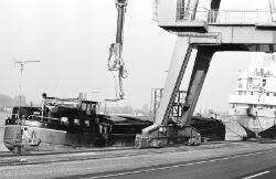 Binnenvaartschip aan de kade bij de Nederlandse Stikstof Maatschappij...