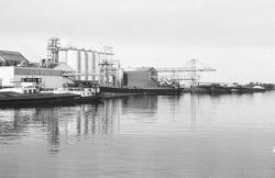 Binnenvaartschepen aan de kade bij de CPC te Sas van Gent.