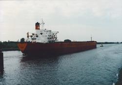 Zeeschip vaart door brug Sluiskil