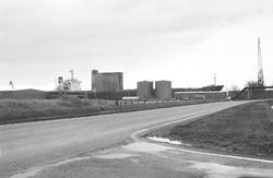 Osloweg naar de Zevenaarhaven. Op de achtergrond ligt een zeeschip in...
