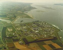 Luchtfoto Braakmanhaven en complex Dow Chemical