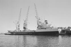 Zeeschip en binnenvaartschip langszij aan de kade van de...