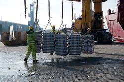 Lossen van een schip met aluminum bij Verbrugge Terminals