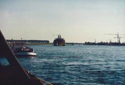 Kanaal van Gent naar Terneuzen. Zeeschip met sleepboten ter hoogte van...