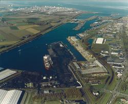 Luchtfoto Massagoedhaven en Zuiderkanaalhaven.
