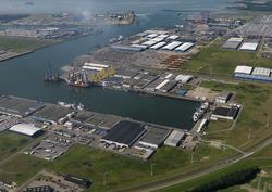 Opbouwen van onderdelen windmolens aan de Bijleveldhaven.