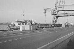 Binnenvaartschip aan de kade bij de Cokesfabriek te Sluiskil.