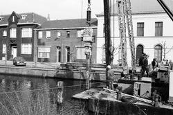 Het slaan van meerpalen in Zijkanaal H, Oostkade te Sas van Gent.