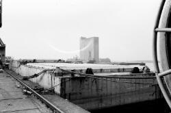 Duwbal aan de kade van de Zevenaarhaven. Op de achtergrond de betonnen...