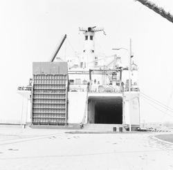 Ro-ro schip aan de kade van de Zevenaarhaven.