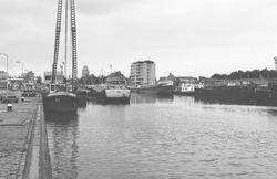 Binnenvaartschepen in Zijkanaal A te Terneuzen. Op de achtergrond is...