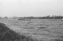 Binnenvaartschip op het kanaal ter hoogte van Sas van Gent.