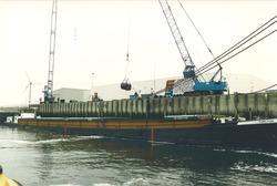 Het lossen van goederen bij FLushing Stevedoring in de Bijleveldhaven.