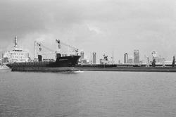 Zeeschip op het kanaal. Op de achtergrond de fabriek van de...