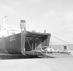 Eerste schip aan de nieuwe Ro-ro kade in de Zevenaarhaven.