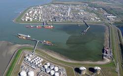 Braakmanhaven met steiger Oiltanking