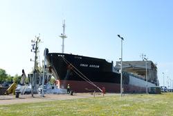 Zeeschip Swan Arrow in de Zeesluis van Terneuzen.