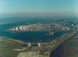 Luchtfoto Braakmanhaven met Dow Chemical.