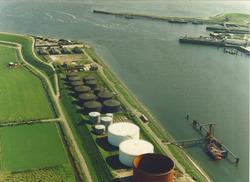 Luchtfoto van de Oosterhavenweg aan de Buitenhaven te Vlissingen met...