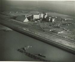 Overzicht chemische fabriek Hoechst Vlissingen N.V.. Op de voorgrond...