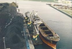 Luchtfoto overslag met drijvende kranen vanuit een zeeschip aan de...