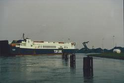 Kanaal van Gent naar Terneuzen, ro-ro schip van Tor Line ter hoogte...