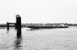 Binnenvaartschip Elsa op het kanaal ter hoogte van brug Sluiskil.