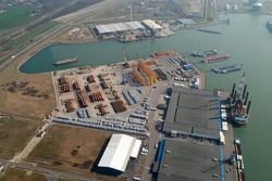 Overzichtsfoto van de Westhofhaven met loodsen en kade.