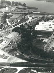Suikerfabriek te Sas van Gent, met op de achtergrond Zijkanaal H en...