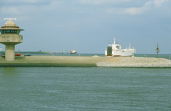 Radar en scheepvaartbegeleidingspost op de havendam bij Terneuzen met...