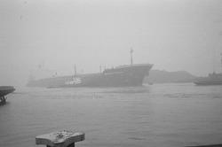 Zeeschip met sleepboot ter hoogte van de Massagoedhaven.