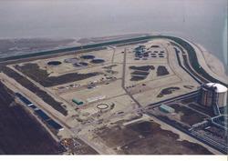 Luchtfoto bouwwerkzaamheden opslagtanks voor de vestiging van...