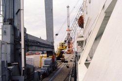 Kraanbaan, gezien vanuit een schip, op een kade in de haven van...