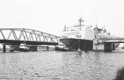 Ro-ro schip van Wallenius Lines met sleepboten vaart door brug...