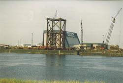 Bouw van een platform bij Heerema aan de Van Cittershaven.